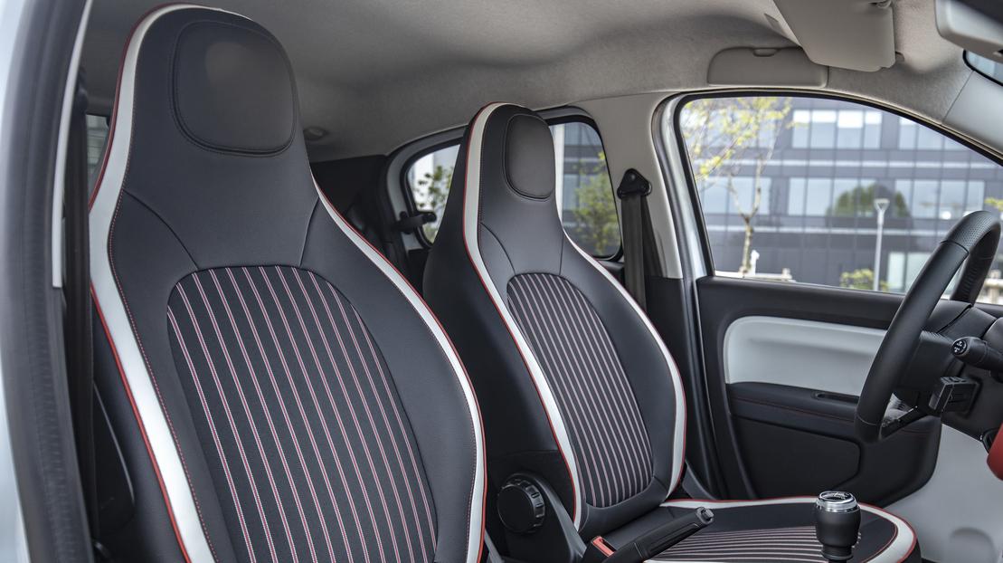Siège conducteur réglable en hauteur et siège passager rabattable One Touch)