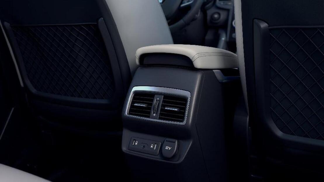 3 розетки на 12V (спереду, на центральній консолі ззаду, в багажному відділенні)