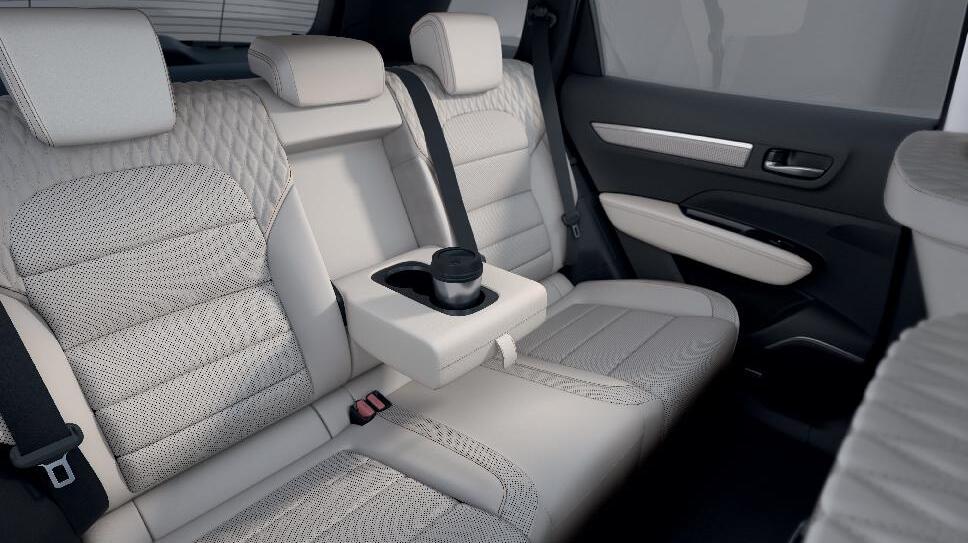 Задні сидіння з регульованим кутом нахилу спинки + центральний підлокітник з 2-ма підстаканниками