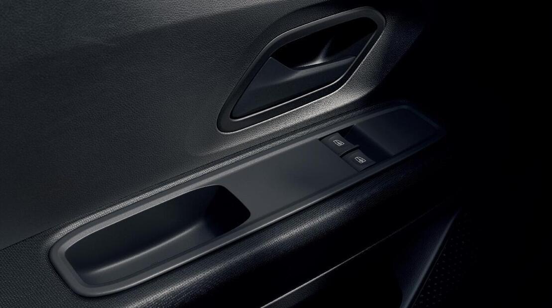 szyby przednie regulowane elektrycznie z włącznikiem impulsowym po stronie kierowcy